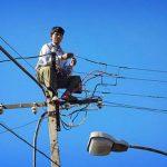 In de elektriciteitsmast